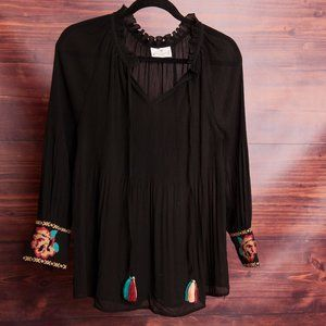 Near NEW Beautiful Womens Embroidered Blouse